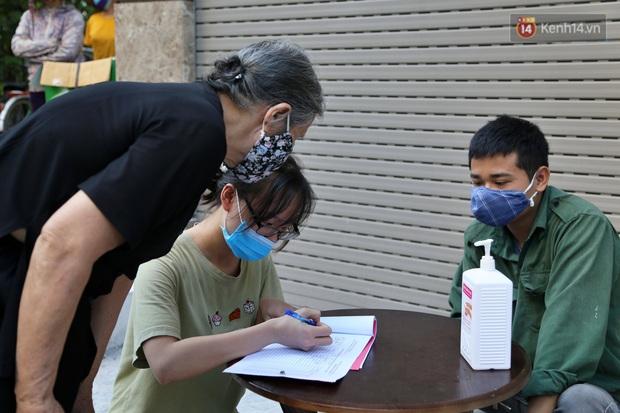 Người dân tấp nập xếp hàng tại cây ATM gạo miễn phí ở Hà Nội: Mỗi ngày 3 kg, cô chú cứ ăn hết lại đến lấy - Ảnh 5.