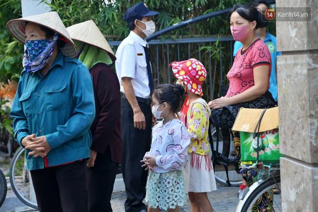 Người dân tấp nập xếp hàng tại cây ATM gạo miễn phí ở Hà Nội: Mỗi ngày 3 kg, cô chú cứ ăn hết lại đến lấy - Ảnh 13.