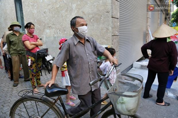 Người dân tấp nập xếp hàng tại cây ATM gạo miễn phí ở Hà Nội: Mỗi ngày 3 kg, cô chú cứ ăn hết lại đến lấy - Ảnh 16.