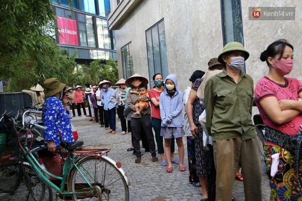 Người dân tấp nập xếp hàng tại cây ATM gạo miễn phí ở Hà Nội: Mỗi ngày 3 kg, cô chú cứ ăn hết lại đến lấy - Ảnh 14.
