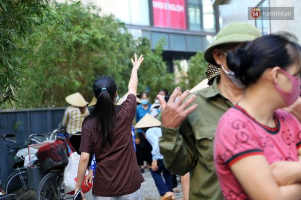Người dân tấp nập xếp hàng tại cây ATM gạo miễn phí ở Hà Nội: Mỗi ngày 3 kg, cô chú cứ ăn hết lại đến lấy - Ảnh 15.