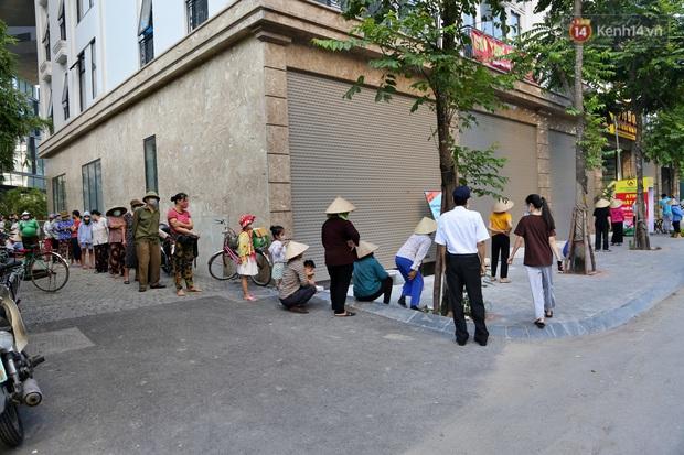 Người dân tấp nập xếp hàng tại cây ATM gạo miễn phí ở Hà Nội: Mỗi ngày 3 kg, cô chú cứ ăn hết lại đến lấy - Ảnh 1.