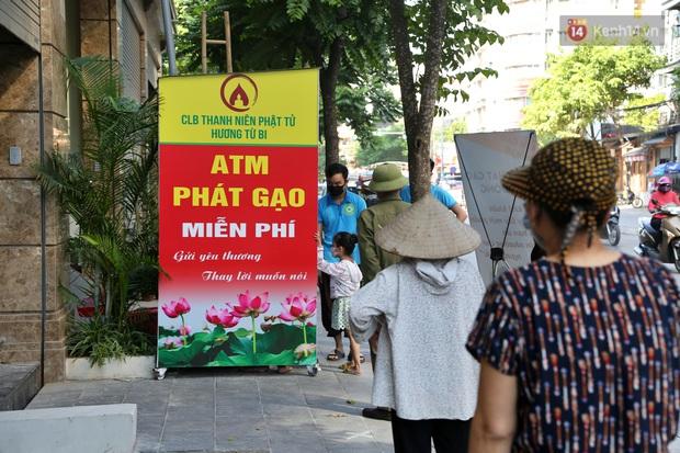 Người dân tấp nập xếp hàng tại cây ATM gạo miễn phí ở Hà Nội: Mỗi ngày 3 kg, cô chú cứ ăn hết lại đến lấy - Ảnh 7.