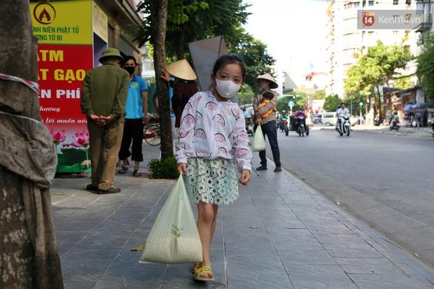 Người dân tấp nập xếp hàng tại cây ATM gạo miễn phí ở Hà Nội: Mỗi ngày 3 kg, cô chú cứ ăn hết lại đến lấy - Ảnh 18.