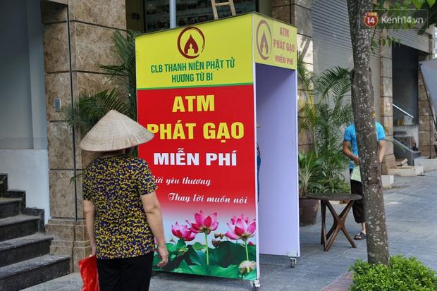 Người dân tấp nập xếp hàng tại cây ATM gạo miễn phí ở Hà Nội: Mỗi ngày 3 kg, cô chú cứ ăn hết lại đến lấy - Ảnh 8.