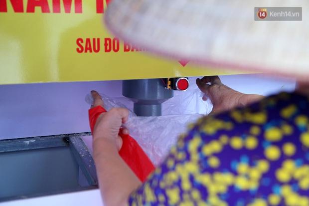 Người dân tấp nập xếp hàng tại cây ATM gạo miễn phí ở Hà Nội: Mỗi ngày 3 kg, cô chú cứ ăn hết lại đến lấy - Ảnh 12.