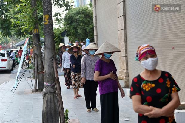 Người dân tấp nập xếp hàng tại cây ATM gạo miễn phí ở Hà Nội: Mỗi ngày 3 kg, cô chú cứ ăn hết lại đến lấy - Ảnh 3.