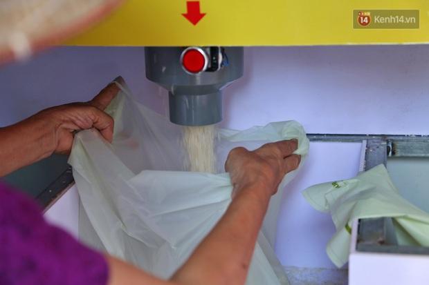 Người dân tấp nập xếp hàng tại cây ATM gạo miễn phí ở Hà Nội: Mỗi ngày 3 kg, cô chú cứ ăn hết lại đến lấy - Ảnh 11.
