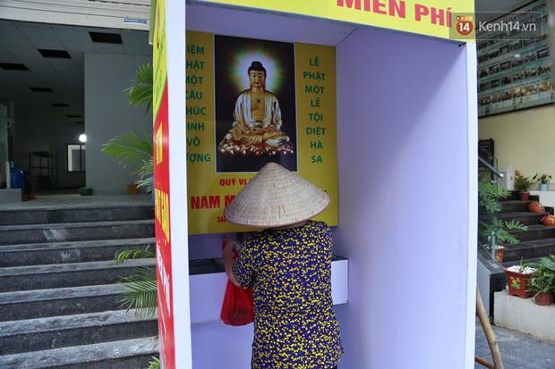 Người dân tấp nập xếp hàng tại cây ATM gạo miễn phí ở Hà Nội: Mỗi ngày 3 kg, cô chú cứ ăn hết lại đến lấy - Ảnh 10.