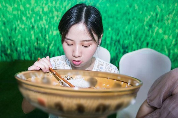 """Nghề mukbang ở Trung Quốc đang đến """"đường cùng"""", bị tẩy chay và lên án kịch liệt: Chấm dứt sự nổi tiếng hão huyền - Ảnh 1."""