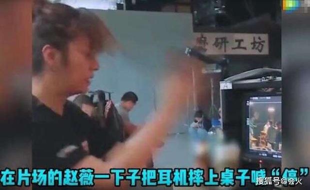 Xôn xao clip Triệu Vy nổi giận, lớn tiếng quát mắng diễn viên trên phim trường đến mức mạnh tay vứt đồ - Ảnh 4.