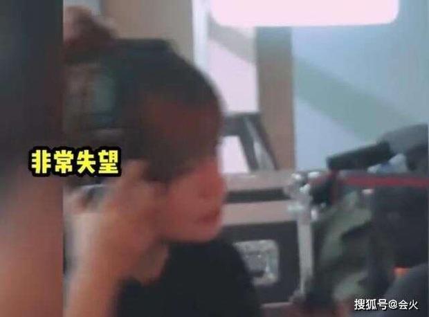 Xôn xao clip Triệu Vy nổi giận, lớn tiếng quát mắng diễn viên trên phim trường đến mức mạnh tay vứt đồ - Ảnh 3.