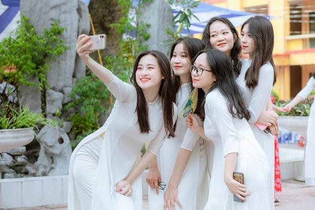 Lớp học Hà Nội gây choáng với 5 thủ khoa tốt nghiệp, điểm Văn cả lớp toàn trên 9 - Ảnh 4.