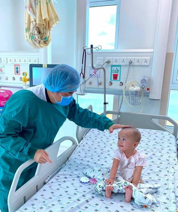 Trúc Nhi cười tít mắt trong vòng tay mẹ, Diệu Nhi ngoan ngoãn ngồi im nghe bác sĩ dặn dò - Ảnh 2.