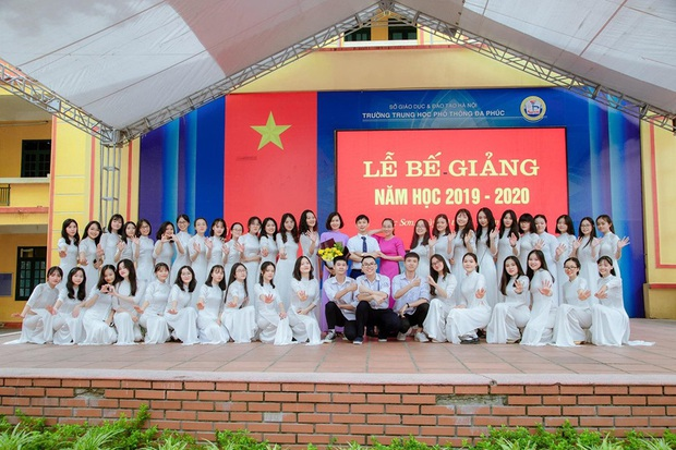 Lớp học Hà Nội gây choáng với 5 thủ khoa tốt nghiệp, điểm Văn cả lớp toàn trên 9 - Ảnh 3.