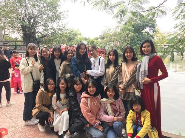 Lớp học Hà Nội gây choáng với 5 thủ khoa tốt nghiệp, điểm Văn cả lớp toàn trên 9 - Ảnh 6.