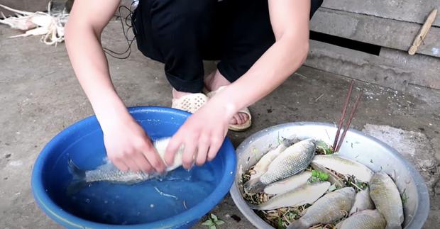 Rùng mình với trào lưu ăn uống man rợ trên YouTube: Câu like rẻ tiền với loạt video ăn cá sống và chất thải động vật? - Ảnh 5.