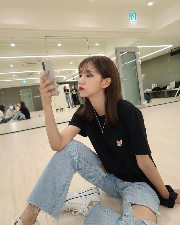 8 cách diện áo phông xinh xẻo từ các mỹ nhân Hoa - Hàn kèm chỗ mua ngon nghẻ để bạn sắm sửa cho mùa tựu trường - Ảnh 2.