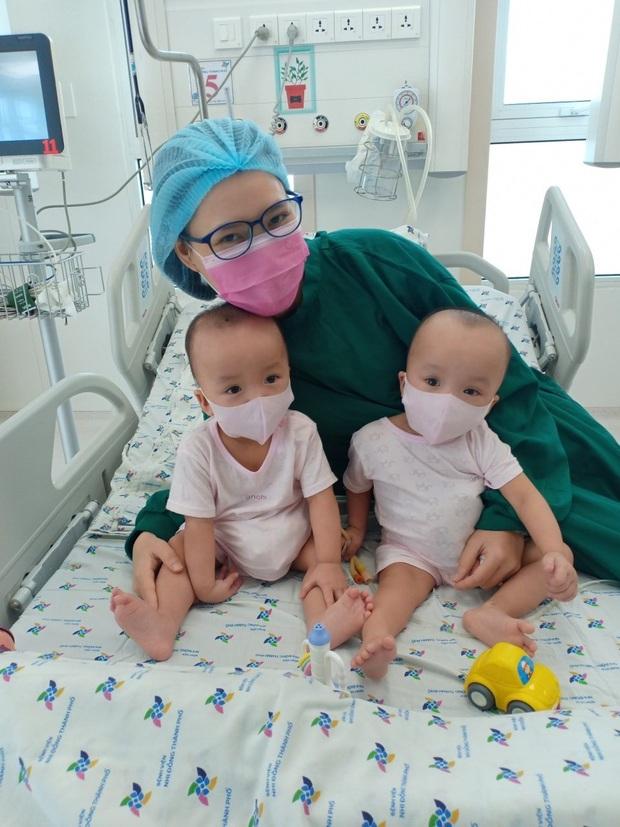 ẢNH: 2 chị em Trúc Nhi - Diệu Nhi đã tháo nẹp bột, sẵn sàng cho những bước đi đầu tiên trong cuộc đời - Ảnh 1.