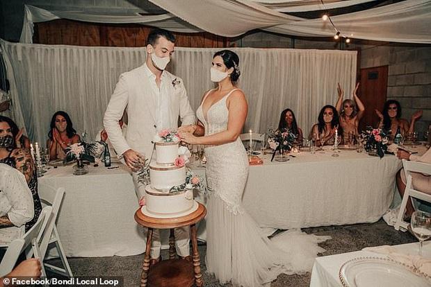 Cô dâu lên mạng nhờ hội photoshop chỉnh sửa hộ ảnh cưới, ai ngờ gặp phải những kẻ đã siêu lầy lại còn nhiệt tình - Ảnh 4.