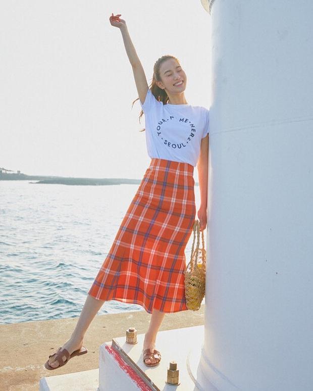 8 cách diện áo phông xinh xẻo từ các mỹ nhân Hoa - Hàn kèm chỗ mua ngon nghẻ để bạn sắm sửa cho mùa tựu trường - Ảnh 4.