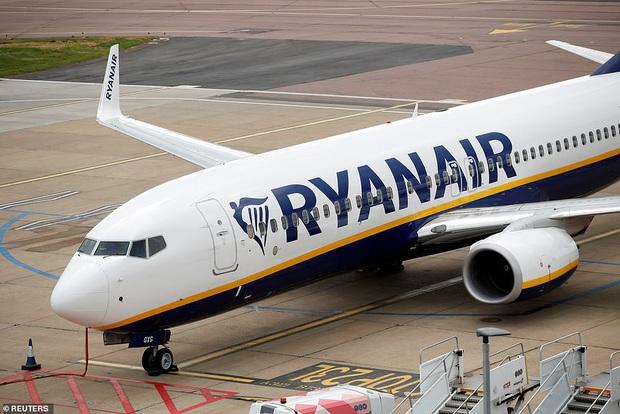Định trốn cách ly đi chơi, hành khách bị đuổi ra khỏi máy bay chỉ 2 phút trước khi cất cánh vì nhận tin nhắn dương tính với Covid-19 - Ảnh 4.