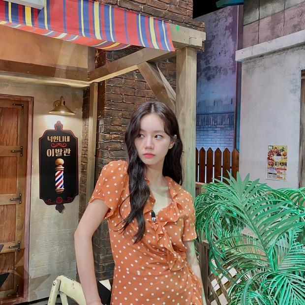 """11 set đồ tối giản nhưng điệu đà, tôn dáng của sao Hàn, chị em cứ copy theo thì nhất định đi vào con đường """"mặc đẹp"""" - Ảnh 16."""
