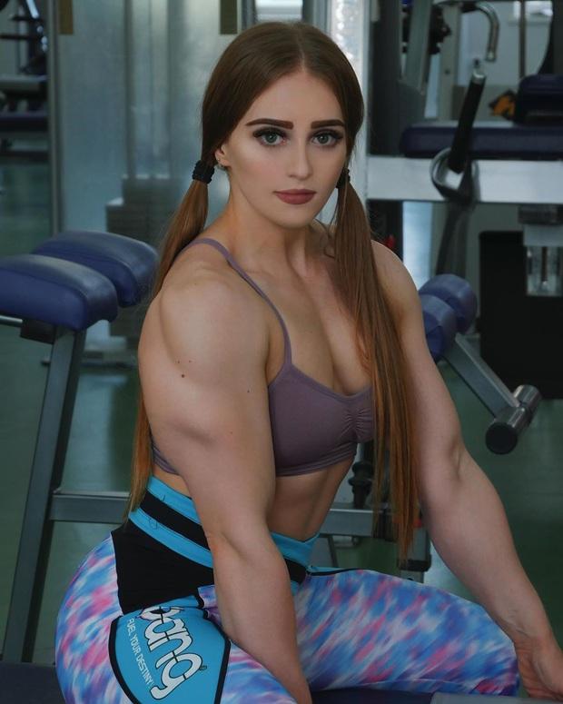 Cô gái gây sốt MXH vì nhan sắc như búp bê Barbie và cơ bắp cuồn cuộn giống Hulk, tự hào với khả năng nâng tạ nặng hơn 250kg - Ảnh 1.