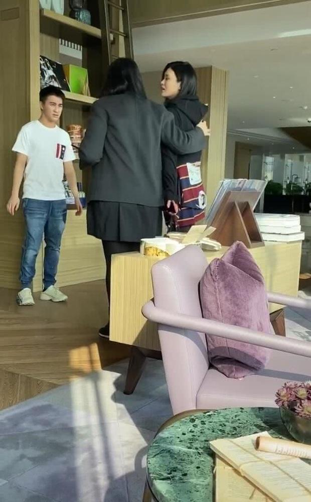 Ảnh hẹn hò gây xôn xao Weibo: Ming Xi 1m78 dạo phố bên ông xã thiếu gia 1m65, bị Cnet nói như mẹ dắt con - Ảnh 3.