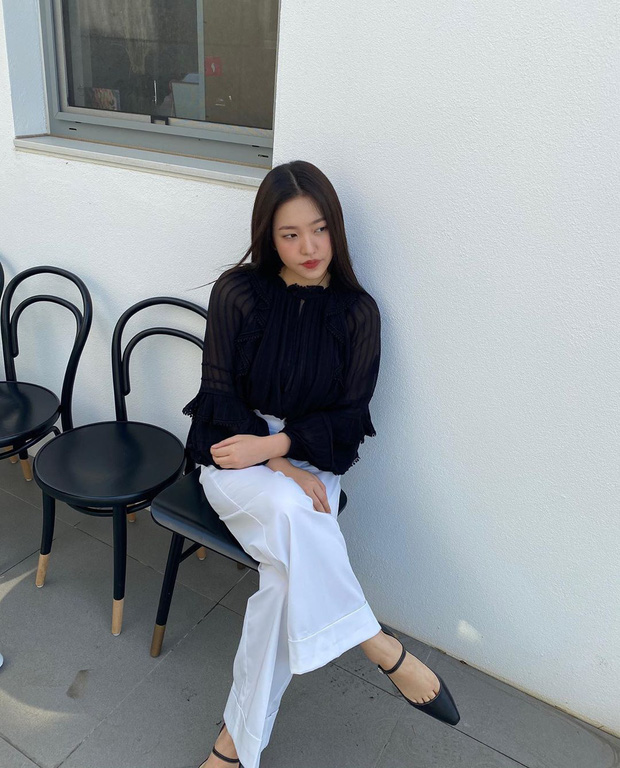 """11 set đồ tối giản nhưng điệu đà, tôn dáng của sao Hàn, chị em cứ copy theo thì nhất định đi vào con đường """"mặc đẹp"""" - Ảnh 25."""