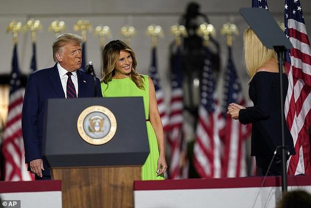 Khoảnh khắc Đệ Nhất Phu nhân Mỹ cười thảo mai với con gái riêng của chồng rồi lập tức đanh mặt lại tại hội nghị lớn gây bão MXH - Ảnh 1.