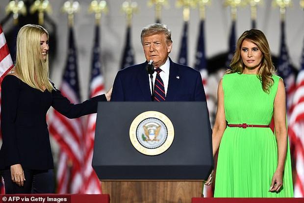 Khoảnh khắc Đệ Nhất Phu nhân Mỹ cười thảo mai với con gái riêng của chồng rồi lập tức đanh mặt lại tại hội nghị lớn gây bão MXH - Ảnh 2.