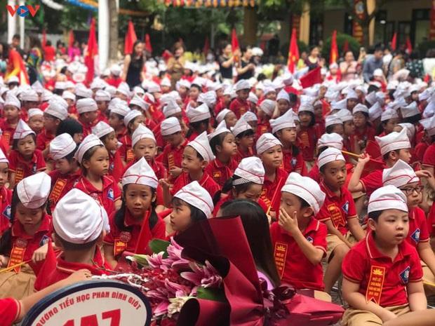 Học sinh khai giảng trong lớp, hát Quốc ca theo tiếng loa ở sân trường - Ảnh 1.