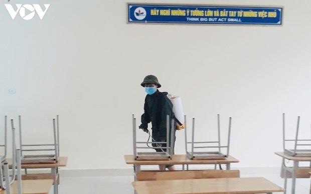 Học sinh khai giảng trong lớp, hát Quốc ca theo tiếng loa ở sân trường - Ảnh 2.