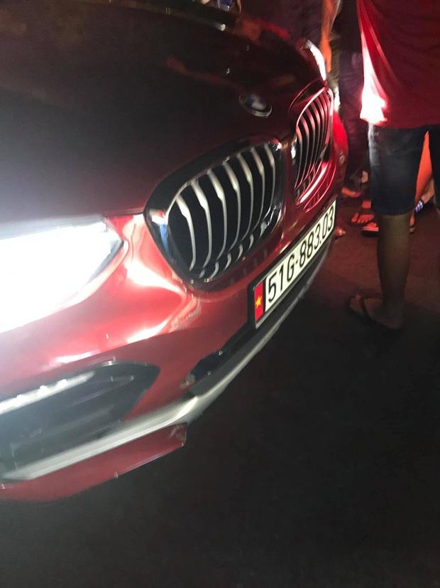 TP.HCM: Nữ tài xế lái ô tô BMW gây tai nạn rồi bỏ chạy, tiếp tục cuốn xe máy vào gầm khi dân truy đuổi - Ảnh 1.
