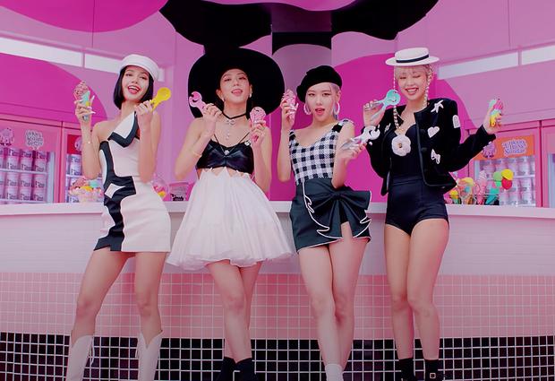 BLACKPINK có 6 set đồ nhóm trong MV mới nhưng phân nửa đều sến sẩm và quê kiểng khó tin, bộ YG mướn stylist JYP sang làm dùm? - Ảnh 1.