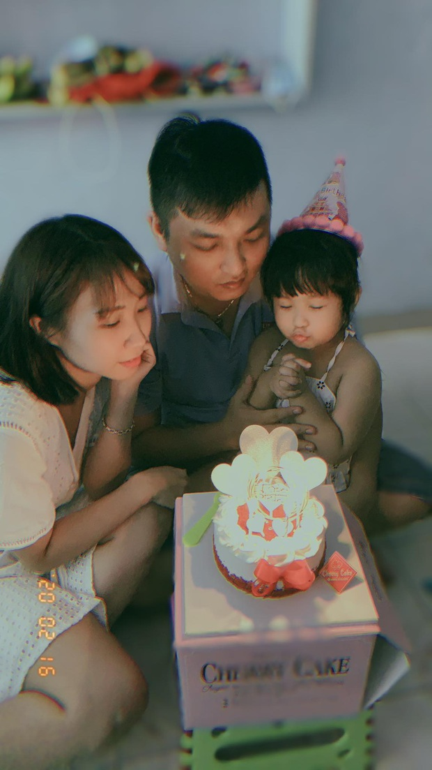 Hình ảnh chiến sĩ công an vùng tâm dịch Đà Nẵng đi qua nhà, vẫy chào con gái qua khung cửa kính gây xúc động - Ảnh 4.