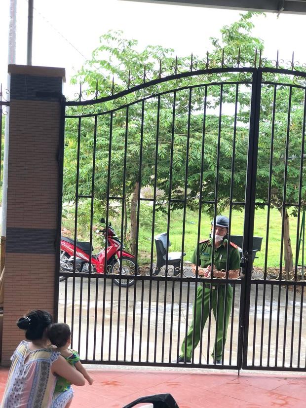 Hình ảnh anh Cường ghé thăm nhà nhưng chỉ dám đứng nhìn con qua cánh cổng.