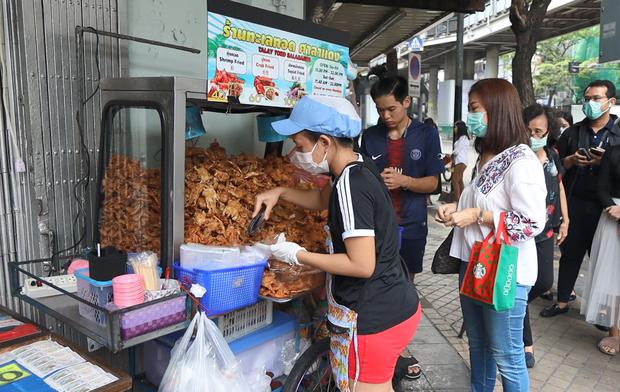 Một gian hàng hải sản ở Bangkok bán tận 140kg mỗi ngày, bí quyết chính là thứ nước sốt thần thánh làm từ dứa - Ảnh 1.