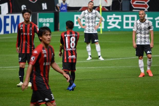 Messi Thái đi vào lịch sử giải VĐQG Nhật Bản trong ngày đối đầu hai cựu sao Barcelona - Ảnh 2.