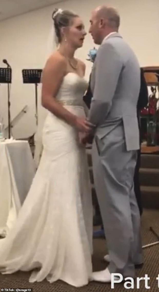 Mẹ chồng nàng dâu cãi tay đôi nảy lửa ngay trong lễ thành hôn khiến quan khách phải ngỡ ngàng, chú rể xấu hổ cúi gằm mặt - Ảnh 4.