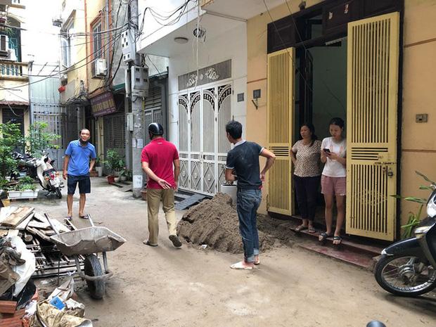 Đang đi trong ngõ ở trung tâm Hà Nội, người đàn ông bất ngờ bị xe rùa từ tầng 5 rơi trúng - Ảnh 2.