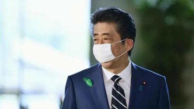 """Thủ tướng Nhật Bản ngưng sử dụng khẩu trang """"Abenomask"""" - Ảnh 1."""