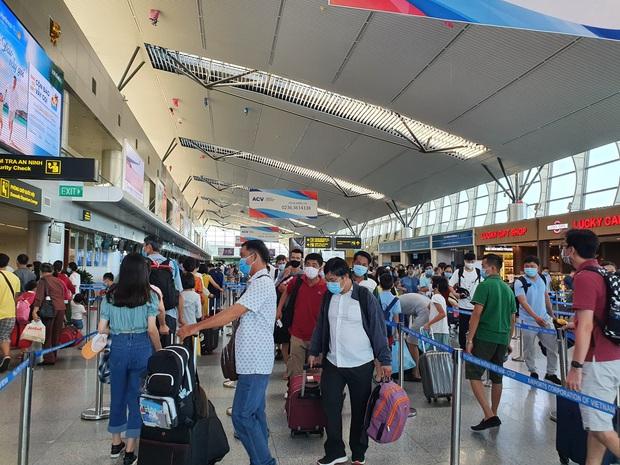Sẽ thuê máy bay đưa 400 du khách mắc kẹt rời Đà Nẵng - Ảnh 1.