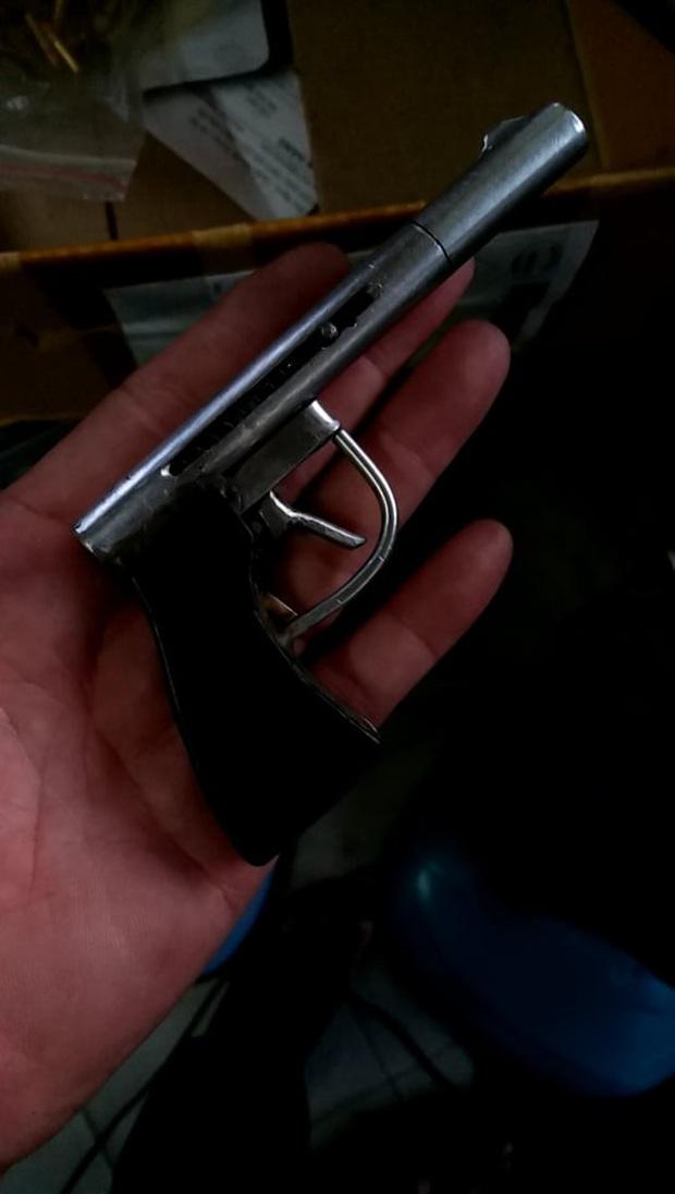 """Phát hiện kho vũ khí """"nóng"""" của nam nhân viên bảo vệ kiêm giữ xe của Bệnh viện quận 9  - Ảnh 1."""