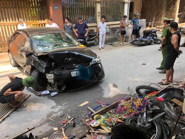 Hà Nội: Tai nạn liên hoàn giữa ô tô và nhiều xe máy, 3 người nhập viện - Ảnh 2.