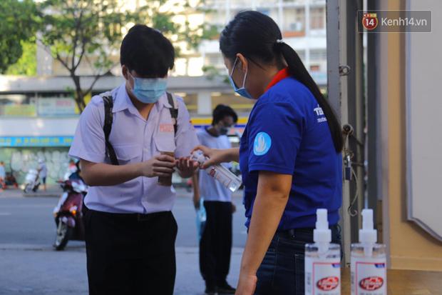 Hơn 53.000 thí sinh đeo khẩu trang, tay xách nách mang tranh suất vào Đại học Quốc gia TP.HCM - Ảnh 9.