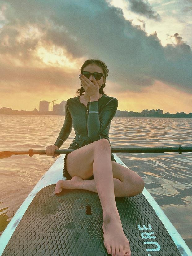 Gái xinh khoe ảnh chèo thuyền SUP cực hot ở Hồ Tây (Hà Nội), check-in cùng hoàng hôn nữa thì bao đẹp bao phê! - Ảnh 1.