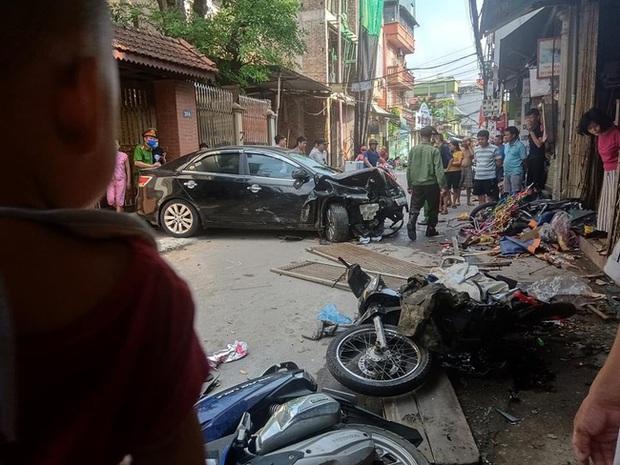 Hà Nội: Tai nạn liên hoàn giữa ô tô và nhiều xe máy, 3 người nhập viện - Ảnh 1.