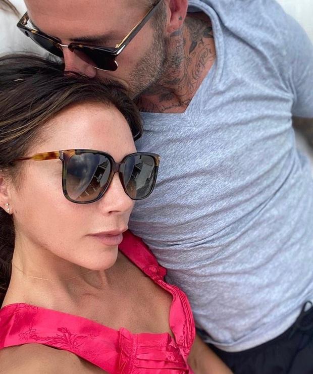 Victoria có lần hiếm hoi đăng ảnh tình tứ cùng ông xã David Beckham lên trang cá nhân, dòng chú thích ảnh gây chú ý vì chẳng liên quan - Ảnh 1.